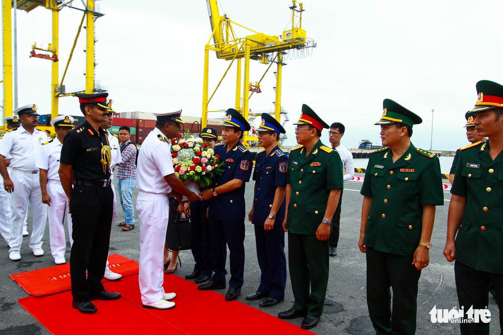 A Vietnam Coast Guard official (R) gives flowers to a VIJIT crew member at Tien Sa Port in Da Nang, April 1, 2019. Photo: Tan Luc / Tuoi Tre