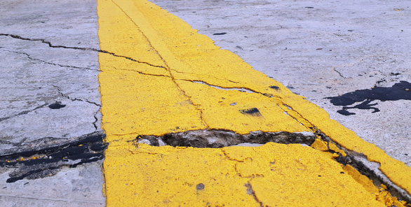 A serious crack is spotted along the infrastructure. Photo: Van Dinh / Tuoi Tre
