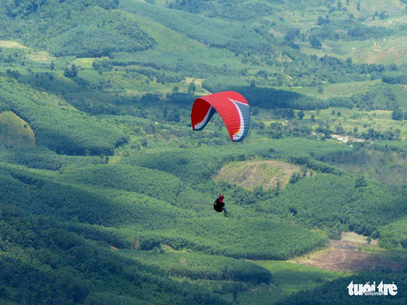 Paragliding in Son Thai – Giang Ly mountain, the south-central provinces of Khanh Hoa. Photo: Nguyen Ngoc Thanh / Tuoi Tre