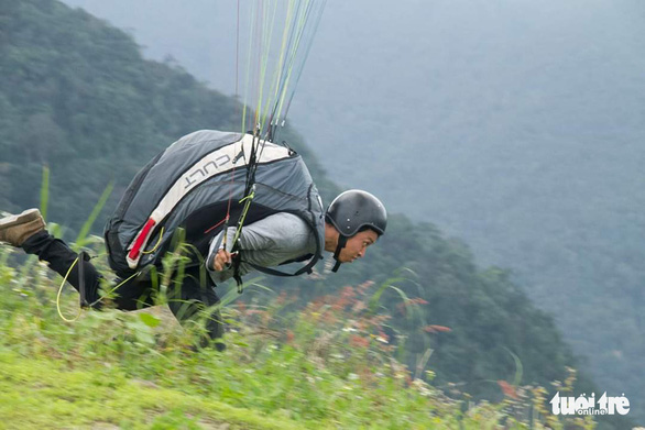 A paraglider is about to fly paragliding in the south-central provinces of Khanh Hoa. Photo: Nguyen Ngoc Thanh / Tuoi Tre