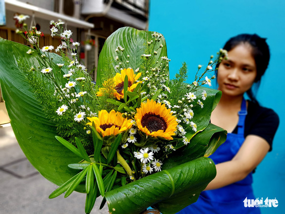 Flower bouquets wrapped with dong leaves are seen at a florist's shop in Ho Chi Minh City. Photo: Ngoc Hien/ Tuoi Tre