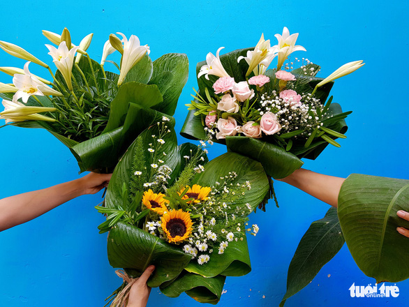 Saigon florist replaces plastic wrap with leaves for bouquet packaging