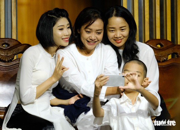 Pham Thi Hue taking a selfie with her fellow actors and actresses in Momento Mori theatrical play. Photo: M. Vinh / Tuoi Tre