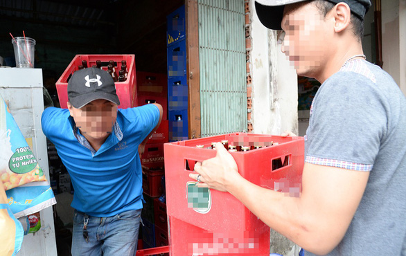 Workers unload beers from a warehouse in Ho Chi Minh City. Photo: Tu Trung / Tuoi Tre