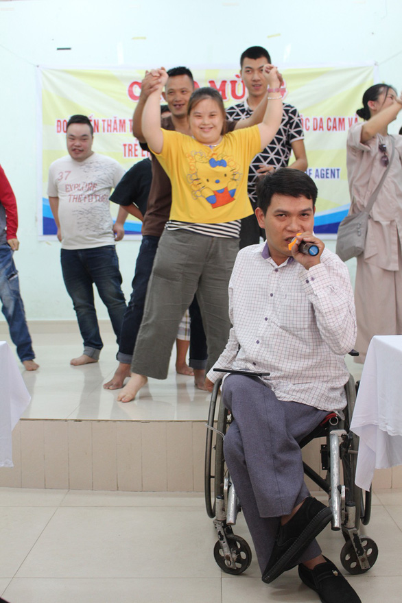 Truong Tan Dung sings in the class as his students demanded. Photo: Doan Nhan / Tuoi Tre