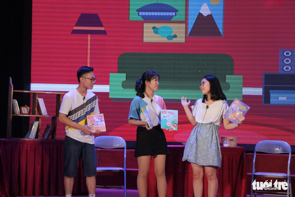 Contestants raise interesting questions about science during the finale of the 'Reading for the Future' competition in Hanoi on April 7, 2019. Photo: Ha Thanh / Tuoi Tre