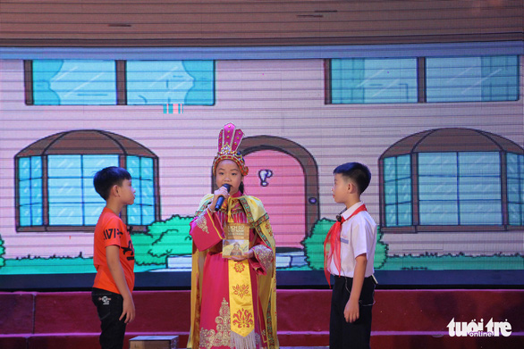 A contestant performs during the finale of the 'Reading for the Future' competition in Hanoi on April 7, 2019. Photo: Ha Thanh / Tuoi Tre