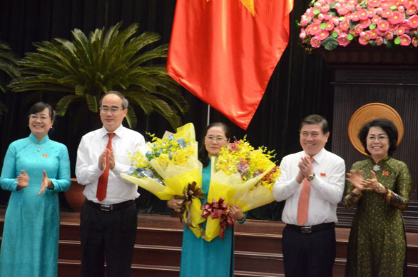 Nguyen Thi Le receives flowers after assuming her new position. Photo: Tu Trung / Tuoi Tre