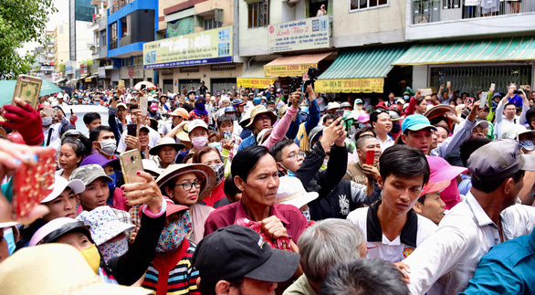 Many people raise their mobile phones to take photos at the funeral of comedian Anh Vu in Ho Chi Minh City on April 10, 2019. Photo: Duyen Phan/ Tuoi Tre