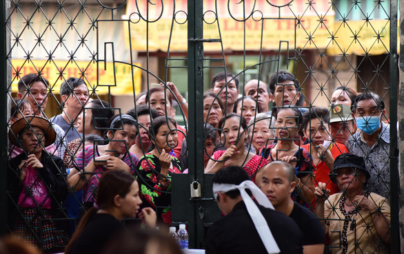 People crowd the An Quang pagoda gate to take photos at the funeral of comedian Anh Vu in Ho Chi Minh City on April 10, 2019. Photo: Duyen Phan/ Tuoi Tre