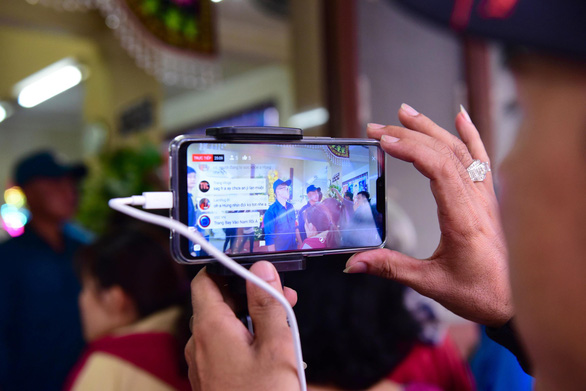 A live-stream video recorded at the funeral of comedian Anh Vu in Ho Chi Minh City on April 10, 2019. Photo: Duyen Phan/ Tuoi Tre