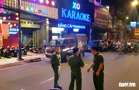 Officers search the karaoke bar on the night of April 10, 2019.  Photo: Ngoc Khai / Tuoi Tre