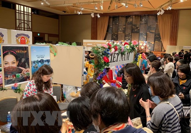 Customers gather in front of Vietnam's stand at a charity bazaar held by the Asia-Pacific Ladies Friendship Society in Tokyo on April 10, 2019. Photo: Vietnam News Agency
