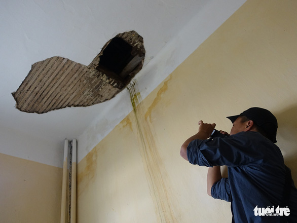 A hole in the ceiling of a classroom at the Pedagogical College of Da Lat, Vietnam's Central Highlands. Photo: M.V / Tuoi Tre