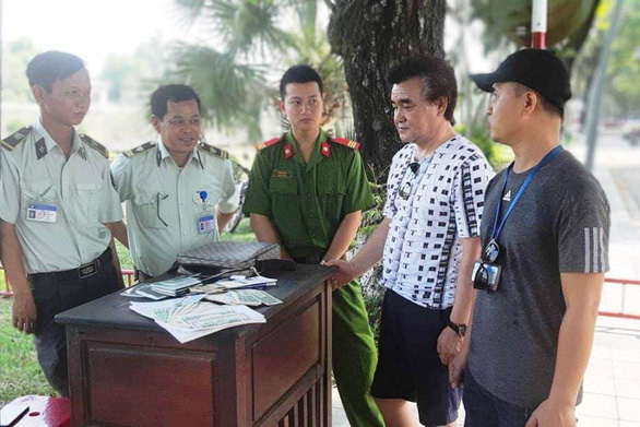 Vietnamese guard mobilizes squad to return lost bag to foreign tourist