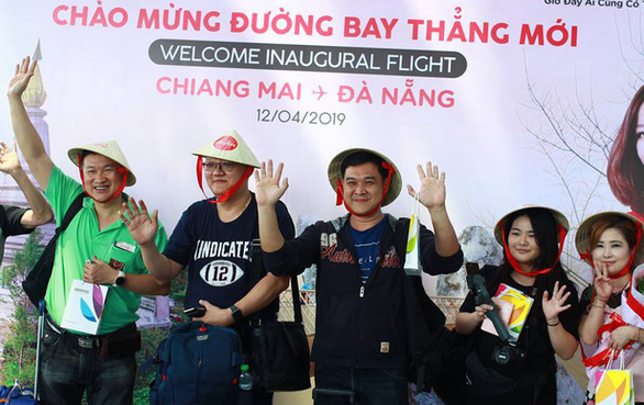 Passengers on AirAsia flight FD906 from Chiang Mai, Thailand are seen at a welcome ceremony upon their arrival in Da Nang, central Vietnam, on April 12, 2019. Photo: Tan Luc / Tuoi Tre
