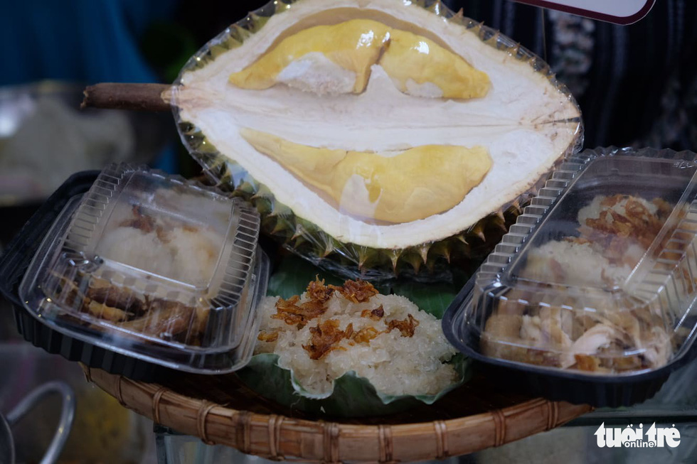 Sticky rice served with durian. Photo: Quan Nam / Tuoi Tre