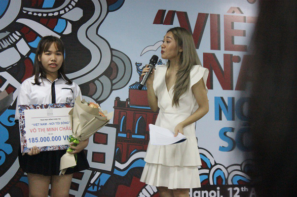 "Vo Thi Minh Chau receives the top prize at the awarding ceremony of for the ""Vietnam - Where I live"" design competition in Hanoi on April 12, 2019. Photo: Thien Dieu / Tuoi Tre"