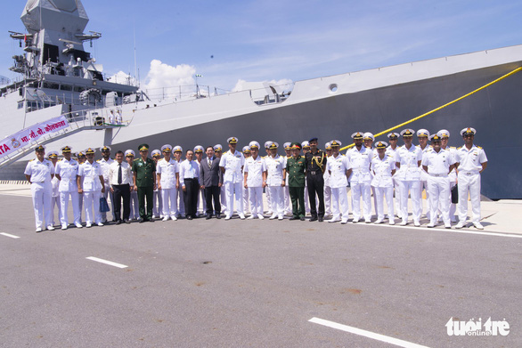 Vietnamese and Indian naval officers pose for a photo at Cam Ranh Port, located in Khanh Hoa Province, south-central Vietnam, April 13, 2019. Photo: Hoang Viet / Tuoi Tre