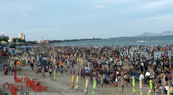 Southern Vietnamese beach city crowded on Hung Kings' Festival day