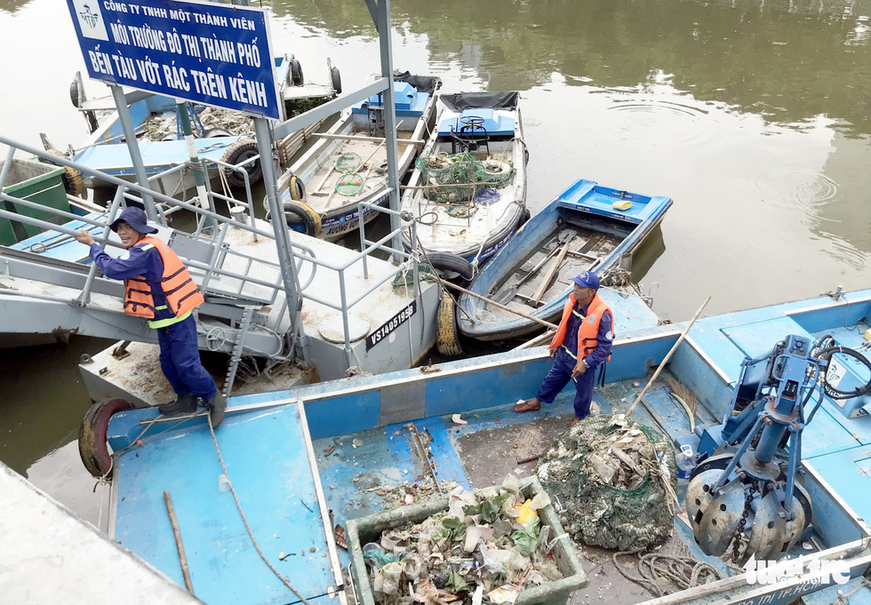 Workers collect dead fish from the Nhieu Loc – Thi Nghe canal in Ho Chi Minh City on April 18, 2019. Photo: Duyen Phan / Tuoi Tre