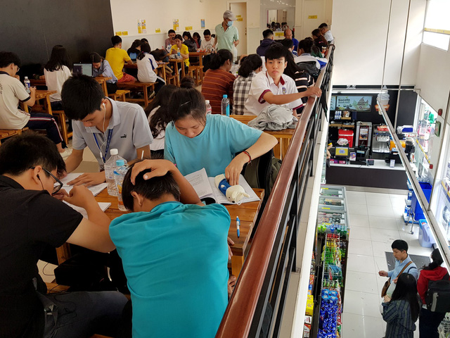 Customers pack a convenience store in Ho Chi Minh City during noon time. Photo: Ngoc Hien / Tuoi Tre