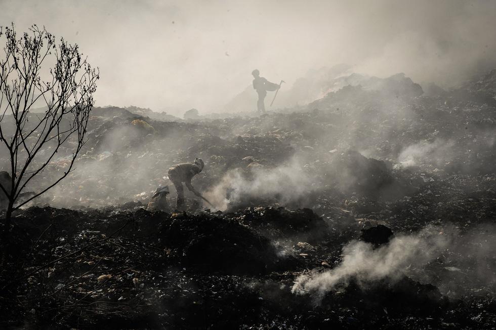 """""""Picking up garbage"""" by Pham Huy Dang"""