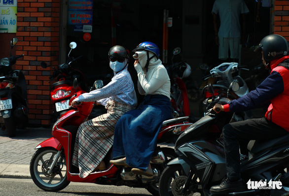 Commuters wear protective clothing in the central city of Da Nang on April 20, 2019. Photo: Tan Luc / Tuoi Tre