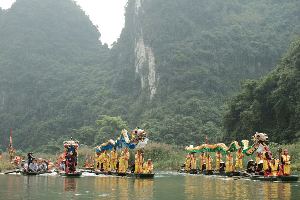 A parade takes place along the river during the festival. Photo: Mai Thuong / Tuoi Tre