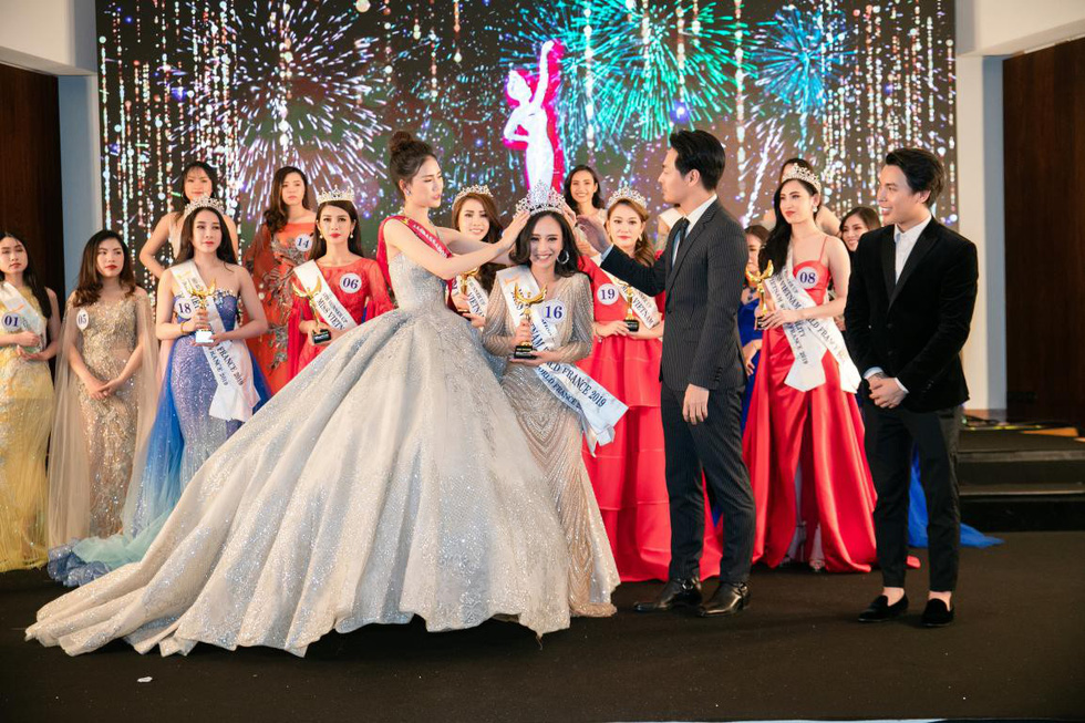 Tran Vu Huong Tra (center) receives her crown at the finale night of Miss Vietnam World France 2019 in Paris on April 20, 2019. Photo: Supplied