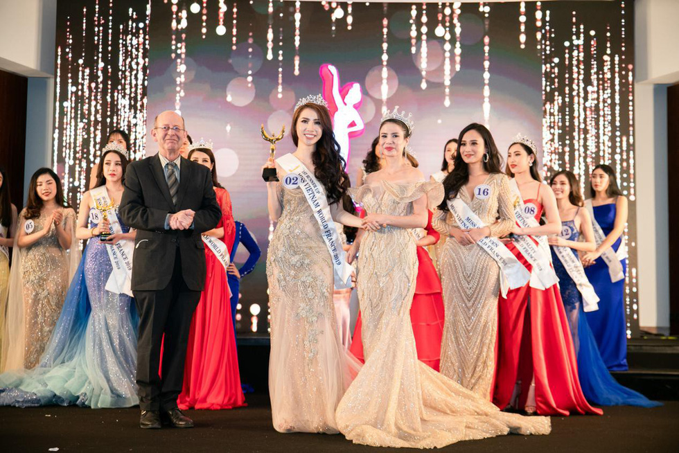The first runner-up Nguyen Thi Ngoc Van holds her award at the finale night of Miss Vietnam World France 2019 in Paris on April 20, 2019. Photo: Supplied