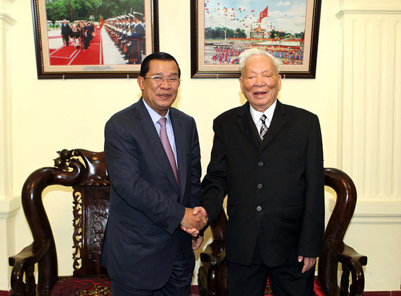 State President Le Duc Anh shakes hands with Cambodian Prime Minister Samdech Techo Hun Sen during the latter's official visit to Vietnam in 2013. Photo: Vietnam News Agency