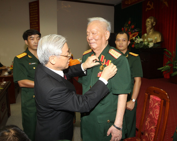 General Secretary Nguyen Phu Trong grants Le Duc Anh a medal marking his 75 years of Party membership in 2013. Photo: Vietnam News Agency