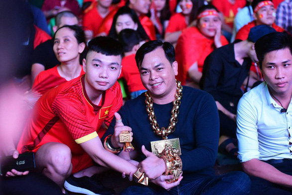 Phuc wears his gold accessories at an event in Ho Chi Minh City. Photo: Duyen Phan / Tuoi Tre