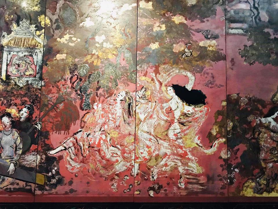The gold colors on Nguyen Gia Tri's 'Vuon xuan Trung Nam Bac' lacquer painting before (top) and after cleaning are observably different in these photo uploaded on Facebook by Pham Thanh Toan.