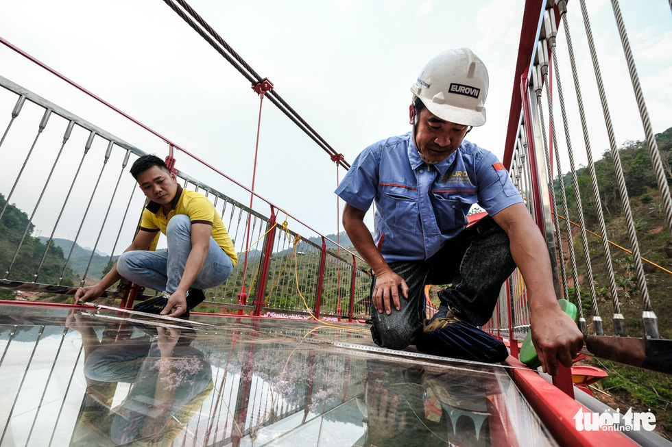 Engineers perform safety check on the bridge before putting it into use. Photo: Nam Tran / Tuoi Tre