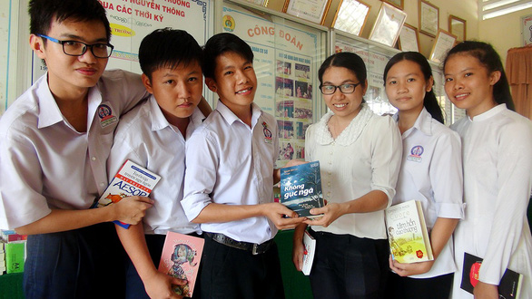 Vietnamese teacher uses books to solve adolescence issues