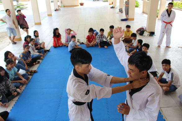 Students participate in self-defense lessons at Nguyen Hue Secondary School in Da Nang, central Vietnam. Photo: Doan Nhan / Tuoi Tre