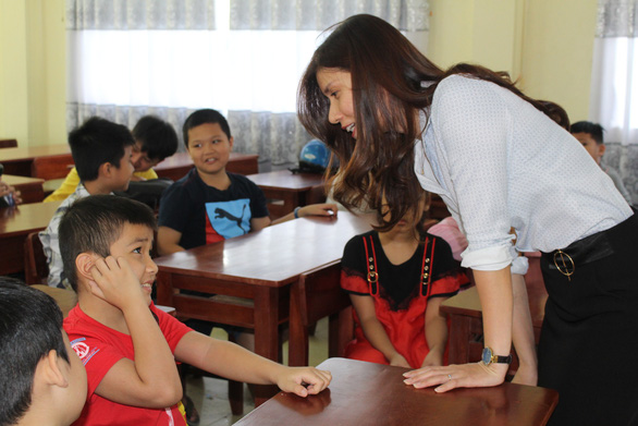 Phan Thi Thuy Loan interacts with students in her class at Nguyen Hue Secondary School in Da Nang, central Vietnam. Photo: Doan Nhan / Tuoi Tre