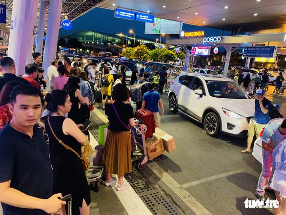 Passengers crowd inside Tan Son Nhat International Airport on April 26, 2019. Photo: Duyen Phan / Tuoi Tre