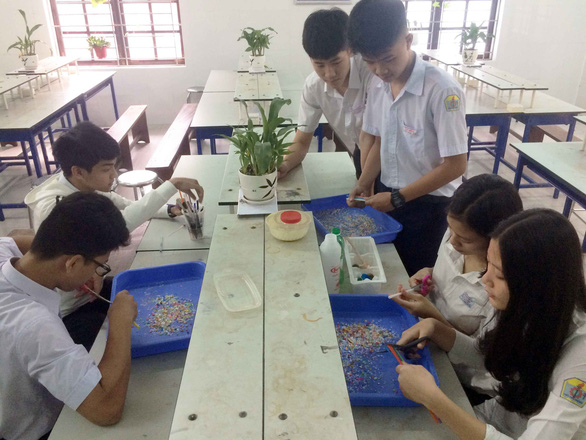 Vietnamese students make standardized bricks from recyclable materials