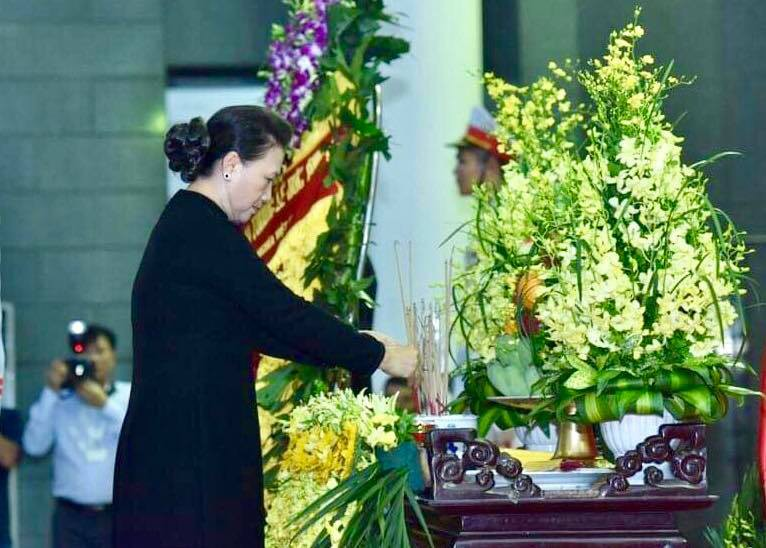 NA Chairwoman Nguyen Thi Kim Ngan pays her respect to the former president.