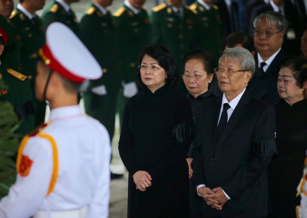 Deputy State President Dang Thi Ngoc Thinh (L)