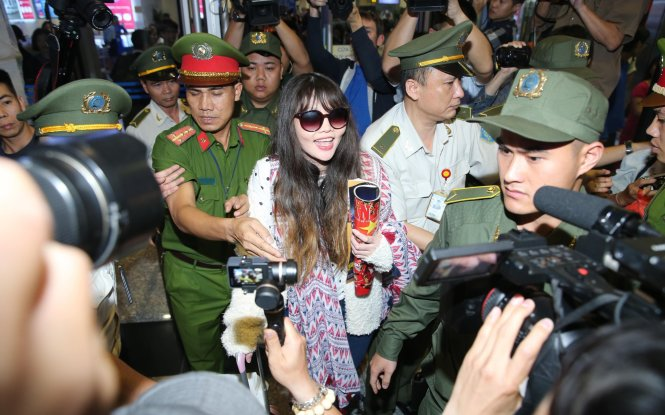 Doan Thi Huong smiles as she leaves the Noi Bai International Airport in Hanoi, Vietnam surrounded by reporters on May 3, 2019. Photo: Nguyen Khanh / Tuoi Tre