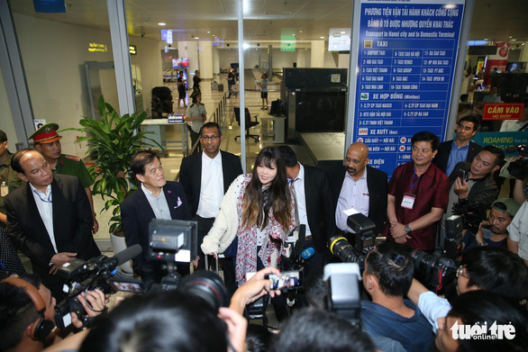 Doan Thi Huong take questions from reporters after arriving at the Noi Bai International Airport in Hanoi, Vietnam on May 3, 2019. Photo: Nguyen Khanh / Tuoi Tre