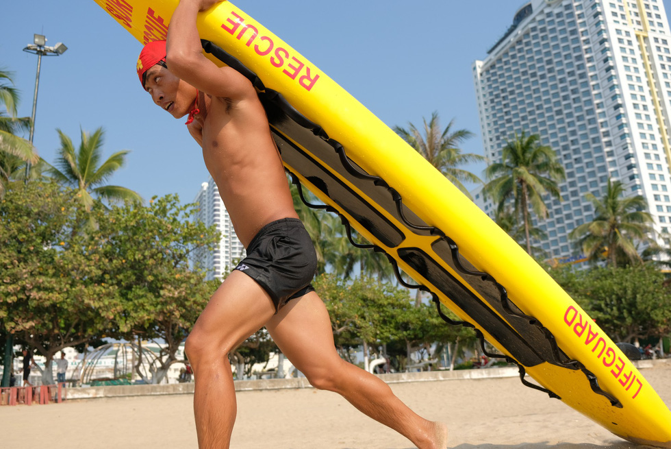 A lifeguard competes in a lifeguard competition in Nha Trang City, Vietnam on May 5, 2019. Photo: Dinh Cuong / Tuoi Tre