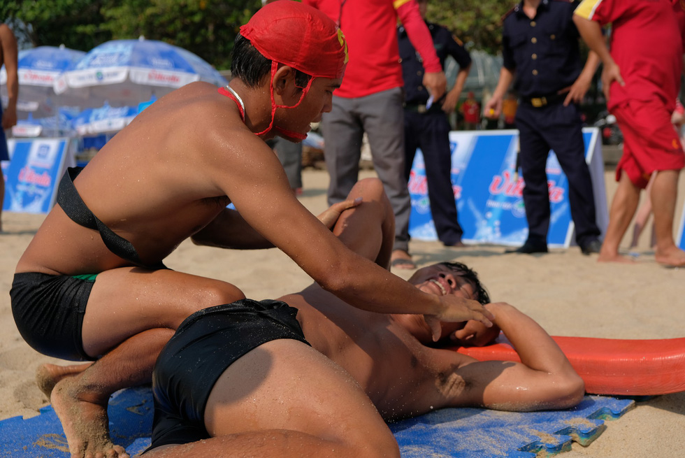 A lifeguard performs first aid in a lifeguard competition in Nha Trang City, Vietnam on May 5, 2019. Photo: Dinh Cuong / Tuoi Tre