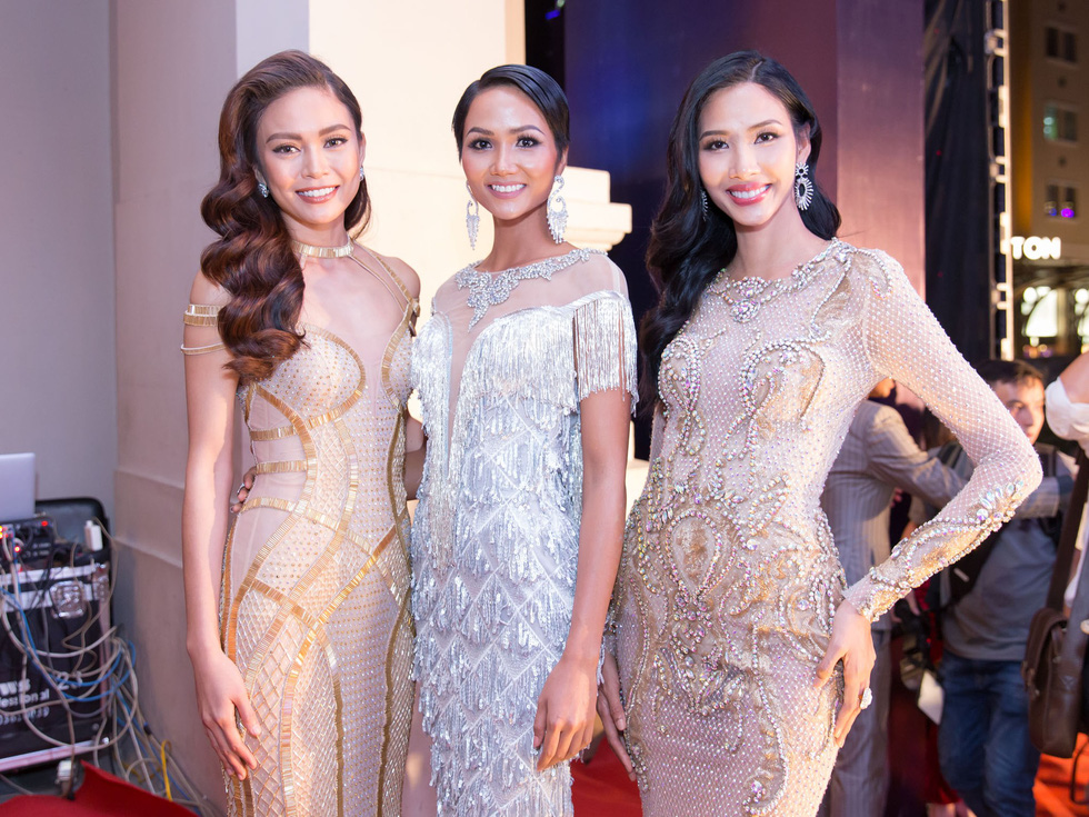 (From right) Hoang Thuy, H'Hen Nie, and Mau Thi Thanh Thuy – the Top 3 of the Miss Universe Vietnam 2017 pageant – are seen in this photo. Photo: Ngoi Sao Xanh