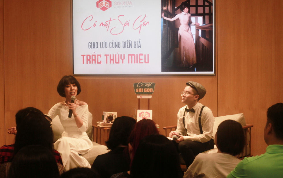 Vietnamese journalist Trac Thuy Mieu (left) talks about memories of Saigon at the exhibition. Photo: Mai Thuy / Tuoi Tre