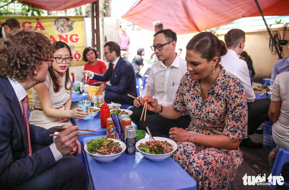 Swedish crown princess eats 'bun bo,' wears 'non la' in Hanoi
